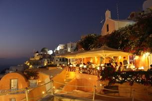 夕方のサントリーニ島の写真素材 [FYI04095221]
