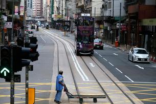 香港の街を行く路面電車トラム。英国植民地時代から走り続けるの写真素材 [FYI04095270]