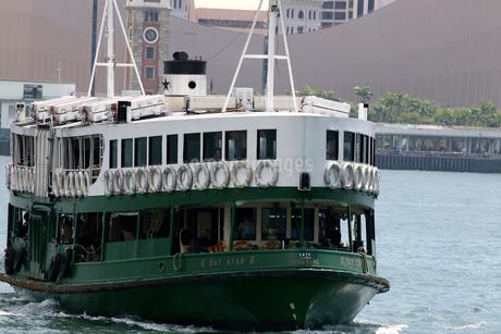 香港のビクトリア湾を横断するスターフェリー。英国植民地時代から運行されている.の写真素材 [FYI04095274]