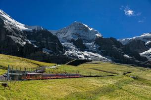 スイス、ユングフラウと登山鉄道の写真素材 [FYI04095306]