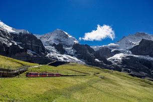 スイス、ユングフラウと登山鉄道の写真素材 [FYI04095308]