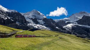 スイス、ユングフラウと登山鉄道の写真素材 [FYI04095309]