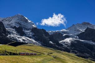 スイス、ユングフラウと登山鉄道の写真素材 [FYI04095310]