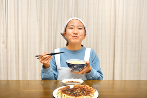 餃子を食べる女の子の写真素材 [FYI04095547]