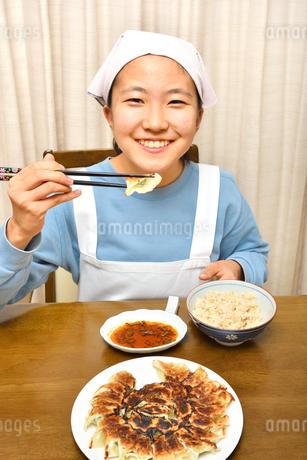餃子を食べる女の子の写真素材 [FYI04095548]