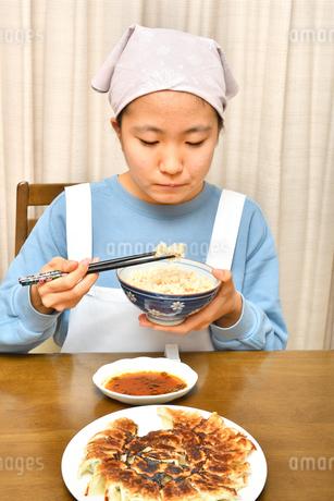 餃子を食べる女の子の写真素材 [FYI04095549]