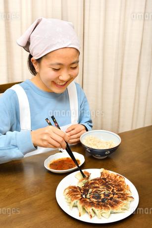 餃子を食べる女の子の写真素材 [FYI04095550]