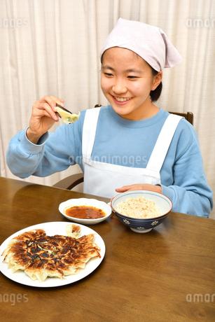 餃子を食べる女の子の写真素材 [FYI04095551]