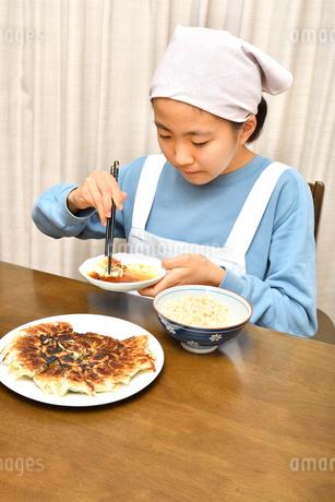 餃子を食べる女の子の写真素材 [FYI04095553]