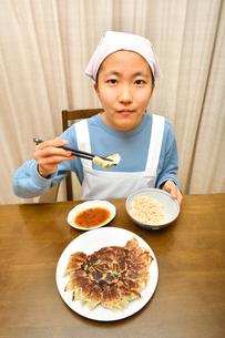 餃子を食べる女の子の写真素材 [FYI04095554]