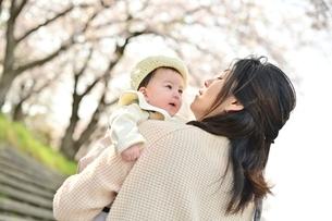 赤ちゃんを抱くお母さんの写真素材 [FYI04095555]