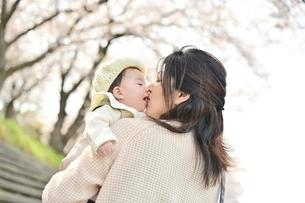 赤ちゃんを抱くお母さんの写真素材 [FYI04095556]