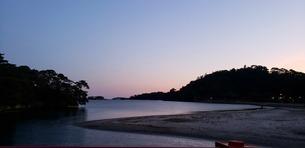 夕暮れ時の海岸の写真素材 [FYI04095565]