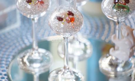 グラスに飾られたビーズ玉の写真素材 [FYI04095617]