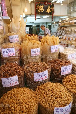 西營盤にある徳輔道西(デ・ヴー・ロード・ウェスト)の「海味街」で売られる干し貝柱などの高級中華食材。乾貨とも呼ばれる。手前は貝柱。中央はホラ貝。奥はフカヒレの写真素材 [FYI04095624]