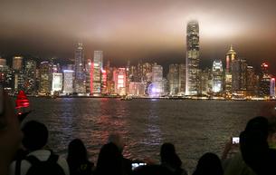 香港名物のレーザーショウ「シンフォニー・オブ・ライツ」毎晩現地時間20時からのショウだ。の写真素材 [FYI04095635]