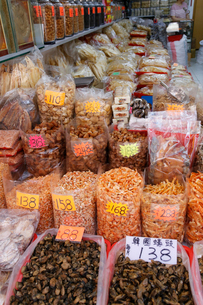 西營盤にある徳輔道西(デ・ヴー・ロード・ウェスト)の「海味街」で売られる干し貝柱などの高級中華食材。乾貨とも呼ばれる。手前は干したカキ。その奥は干し蝦。の写真素材 [FYI04095645]