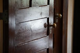 部屋の古いドアの写真素材 [FYI04095650]