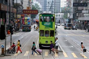 香港の街を行く路面電車トラム。英国植民地時代から走り続けるの写真素材 [FYI04095651]