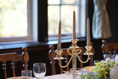 食卓のキャンドルの写真素材 [FYI04095658]