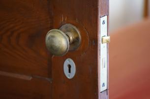 古い木製のドアの写真素材 [FYI04095665]