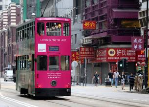 香港の街を行く路面電車トラム。英国植民地時代から走り続けるの写真素材 [FYI04095666]