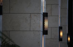 ビルの柱の照明の写真素材 [FYI04095672]