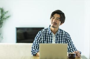 リモートワークをする日本人男性の写真素材 [FYI04095746]
