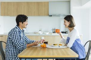 朝食中の日本人夫婦の写真素材 [FYI04095769]