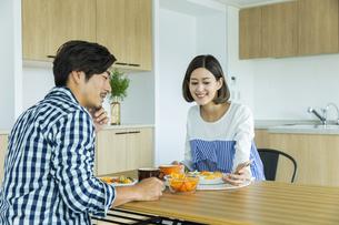 朝食中の日本人夫婦の写真素材 [FYI04095773]