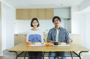 朝食中の日本人夫婦の写真素材 [FYI04095790]