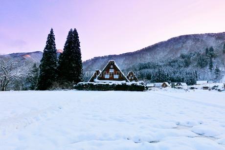 世界文化遺産 冬の白川郷に朝焼け空の写真素材 [FYI04095793]