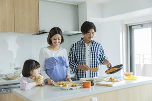 昼食の準備をする日本人家族3人の写真素材 [FYI04095803]