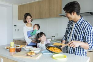 昼食の準備をする日本人家族4人の写真素材 [FYI04095810]
