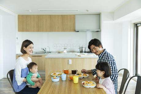 朝食中の日本人家族4人の写真素材 [FYI04095812]