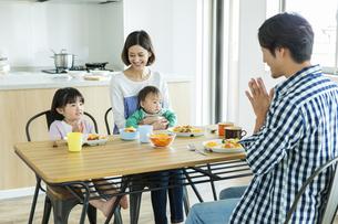朝食中の日本人家族4人の写真素材 [FYI04095817]