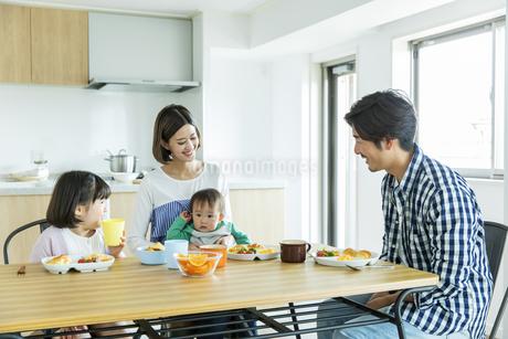 朝食中の日本人家族4人の写真素材 [FYI04095818]