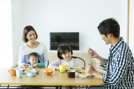 朝食中の日本人家族4人の写真素材 [FYI04095820]
