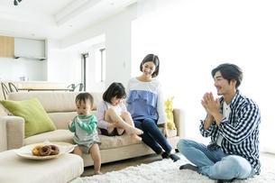 リビングでくつろぐ日本人家族4人の写真素材 [FYI04095823]