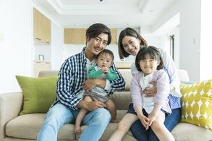 笑顔の日本人家族4人の写真素材 [FYI04095830]