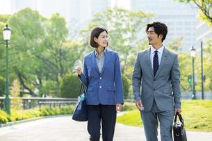 笑顔のビジネスマンとビジネスウーマンの写真素材 [FYI04095836]