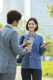 打ち合わせをするビジネスウーマンとビジネスマンの写真素材 [FYI04095859]