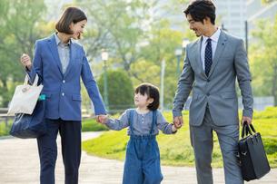 笑顔の日本人家族3人の写真素材 [FYI04095874]
