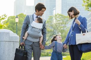 笑顔の日本人家族4人の写真素材 [FYI04095877]