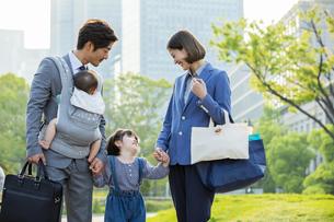 笑顔の日本人家族4人の写真素材 [FYI04095878]
