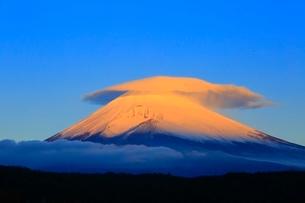 富士山と笠雲の朝焼けの写真素材 [FYI04095888]