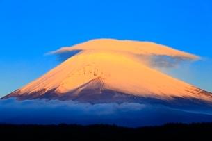 富士山と笠雲の朝焼けの写真素材 [FYI04095889]