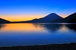 本栖湖より富士山と朝焼けの写真素材 [FYI04095896]