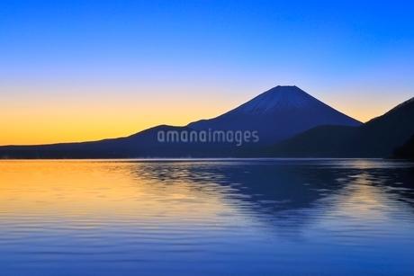 本栖湖より富士山と朝焼けの写真素材 [FYI04095897]