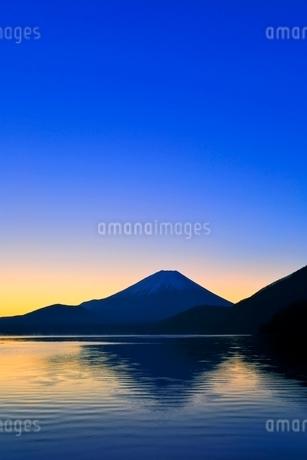 本栖湖より富士山と朝焼けの写真素材 [FYI04095899]